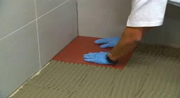 Укладка керамической плитки на пол и стену своими руками