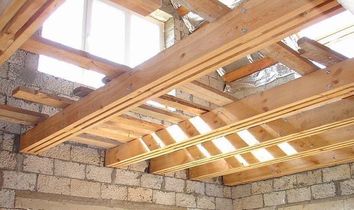 Как правильно уложить потолочные балки