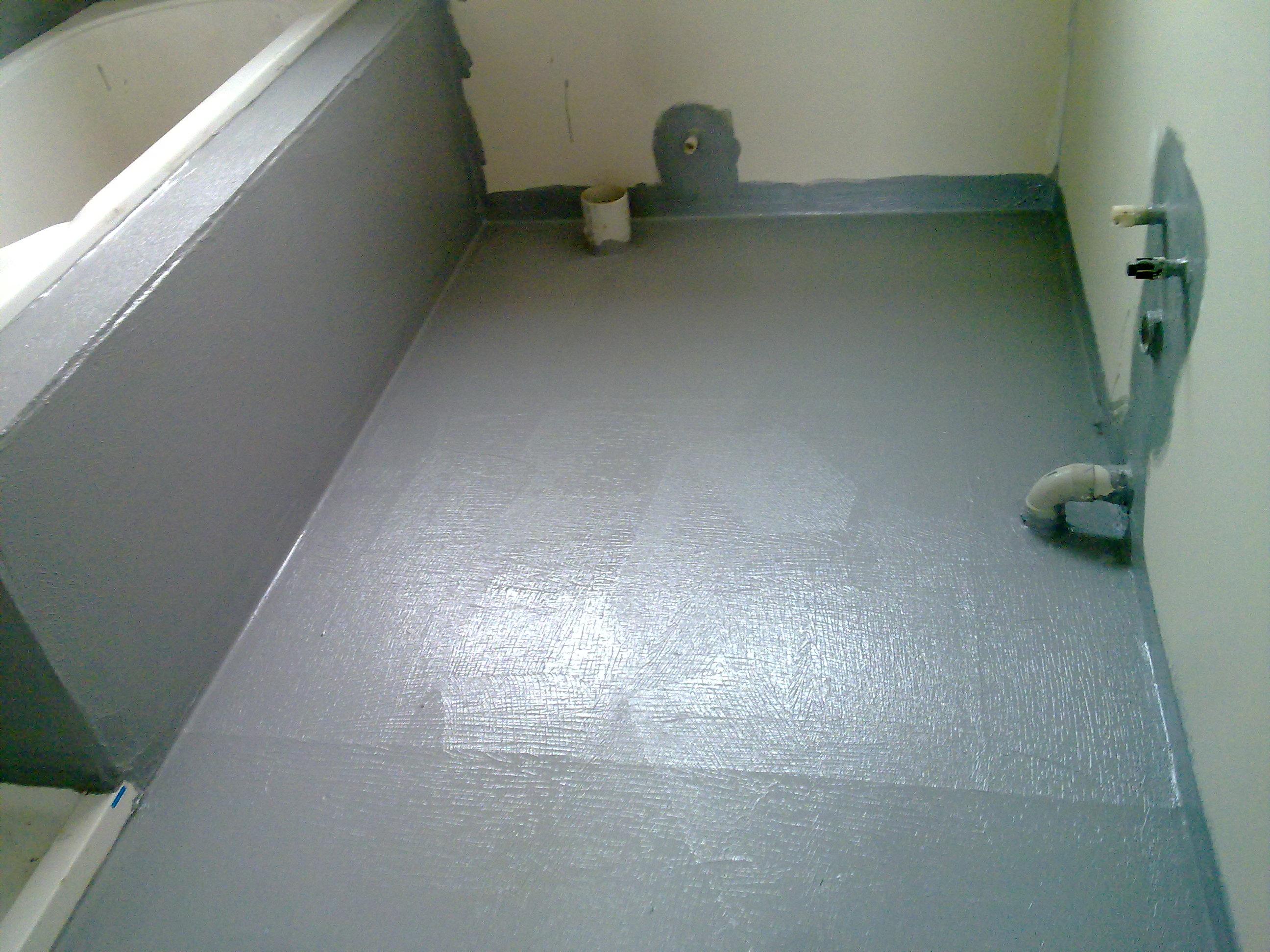 При ремонте ванной комнаты обязательным условием является устройство гидроизоляции, которая препятствует порче выполненной отделки и продлевает срок службы ремонта